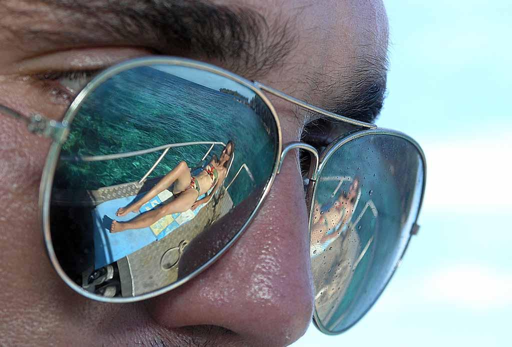 Bilderesultat for funny reflections in sunglasses
